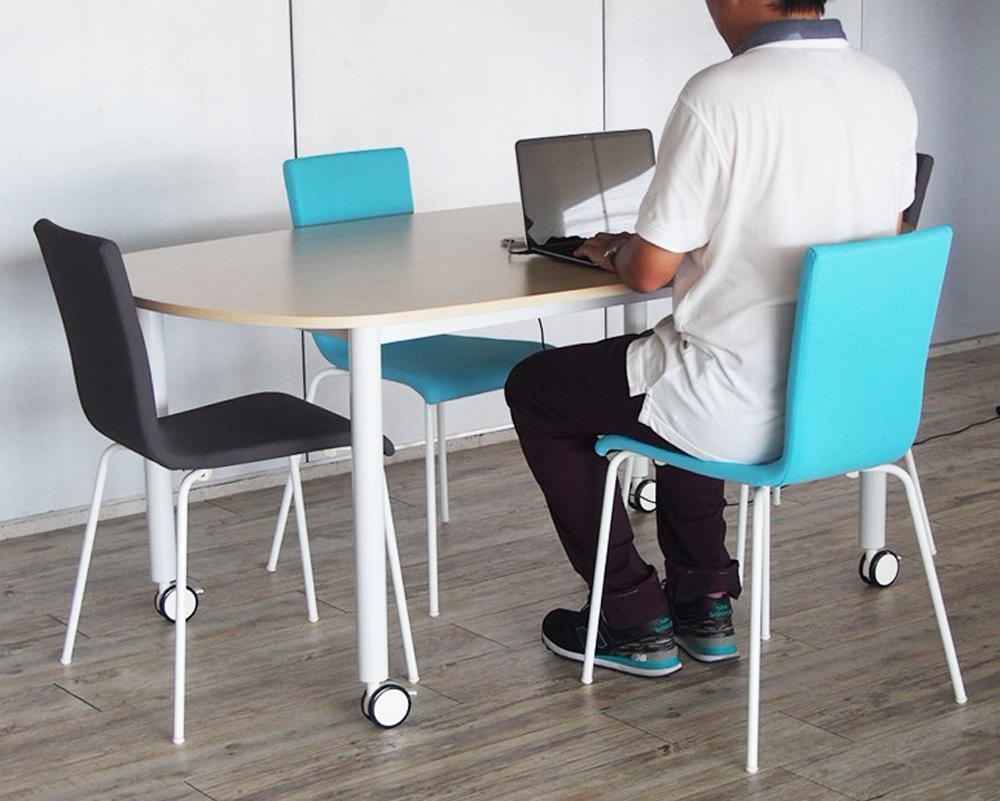 キャスターテーブルオーバル使用イメージ