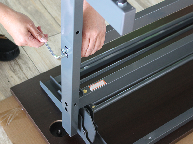 配線機能付きフォールディングテーブルの組み立て