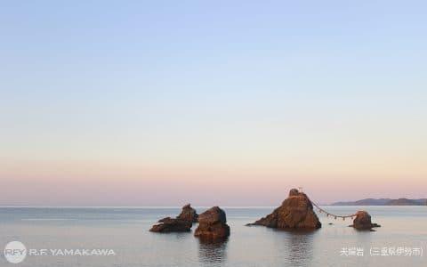 夕凪の二見浦が美しい、三重県伊勢市の「夫婦岩」背景