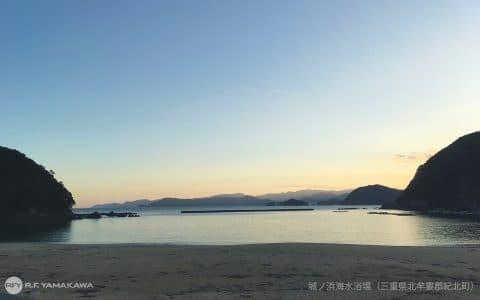 穏やかな内海の夕暮れ。三重県紀北町の海水浴場背景