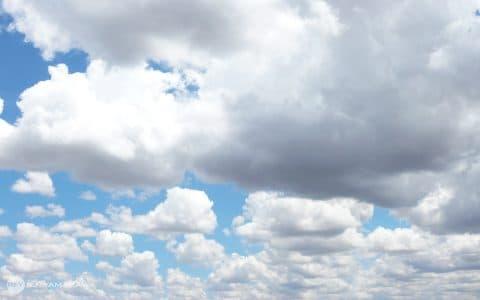 雲行きの怪しい会議には、ひつじ雲背景