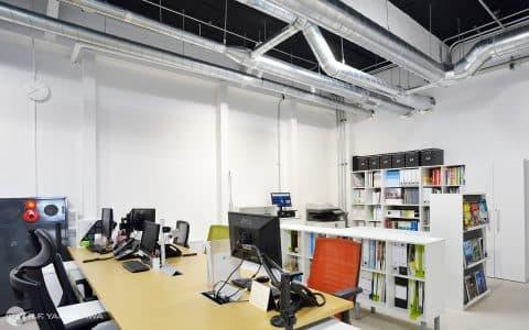 デスクと素材ライブラリーのオフィス風景