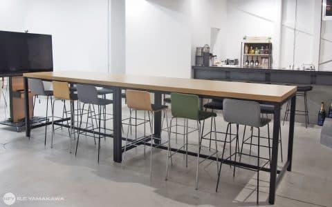 バル風マグネットスペースのあるオフィス風景