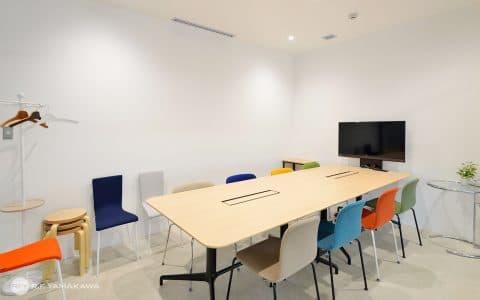 色鮮やかなチェアがいっぱいの会議室